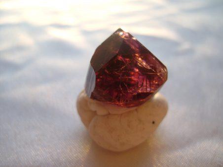 камень турмалин фиолетовый